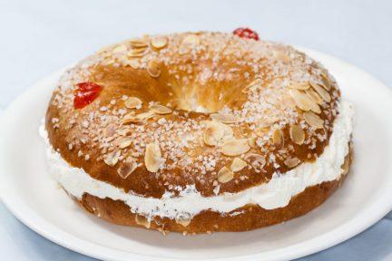 Receta El Vesubio: Roscón de Reyes casero con almendras