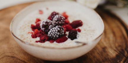 Cómo hacer cuajada casera, con queso y frutos rojos